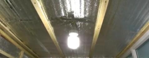 Устройство каркаса на потолке из деревянных брусков