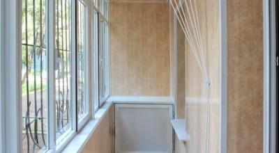 Воплощенная мечта об уютном балконе, выполненная панелями слева и плитами МДФ справа