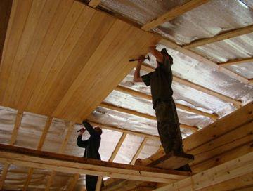 Рабочий момент отделки потолка