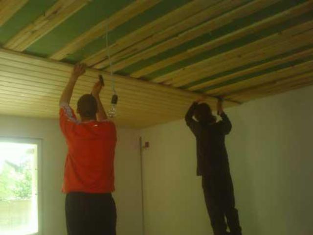Обшивка потолка в помещении