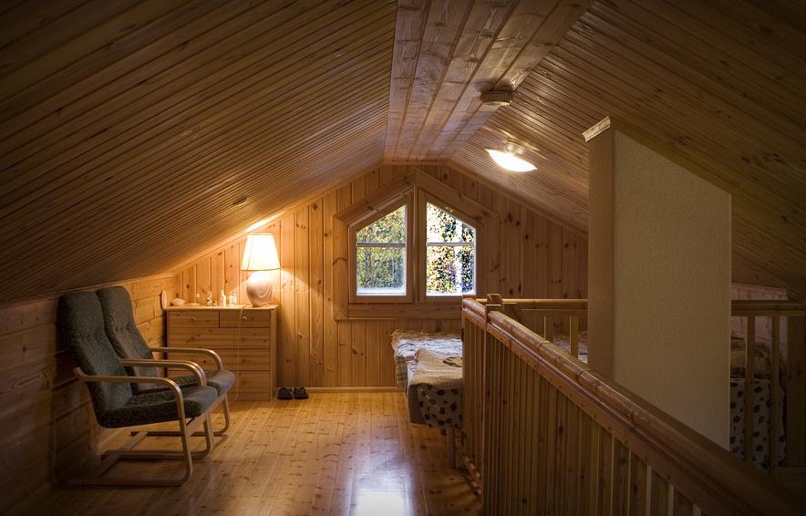 Мансардная комната, полностью обшитая деревянной вагонкой