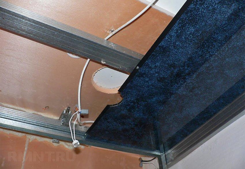 Начальный этап процесса монтажа металлической вагонки на потолок. Самое главное – это не забывать про электропроводку, и выводить своевременно все кабеля наружу