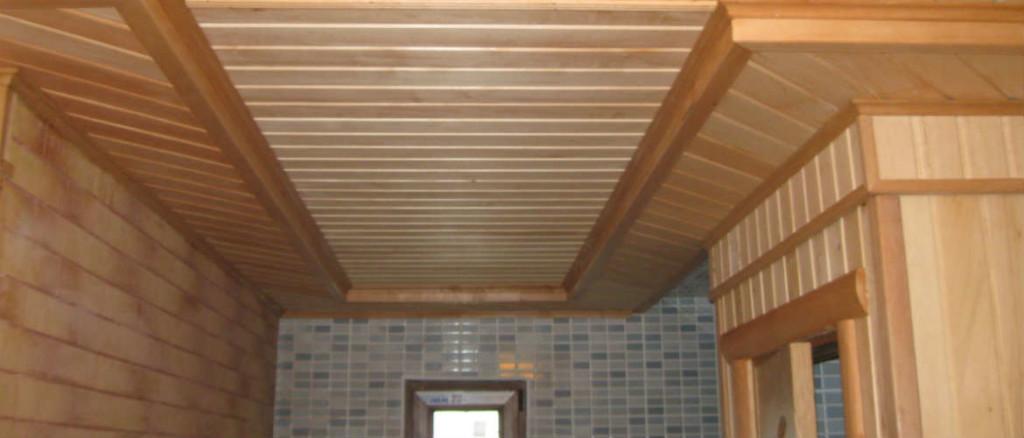 Потолок и стены сауны, отделанные лиственничной вагонкой. Простота, соединённая с качеством и долговечностью
