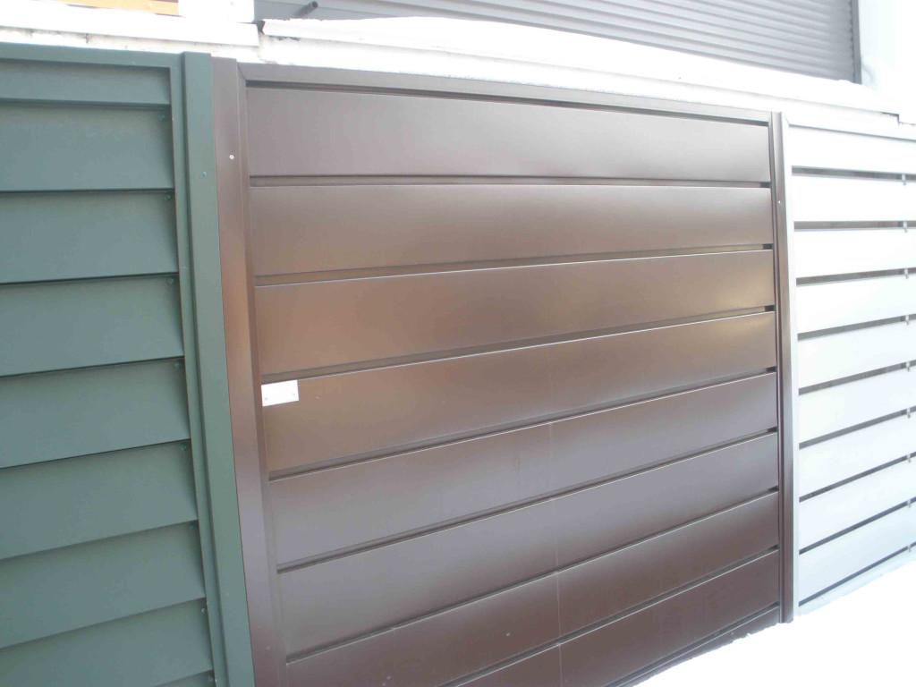 Секционные заборы, выполненные из разных видов металлической вагонки. Забор может быть как с просветом, так и сплошной или со специальными воздушными карманами