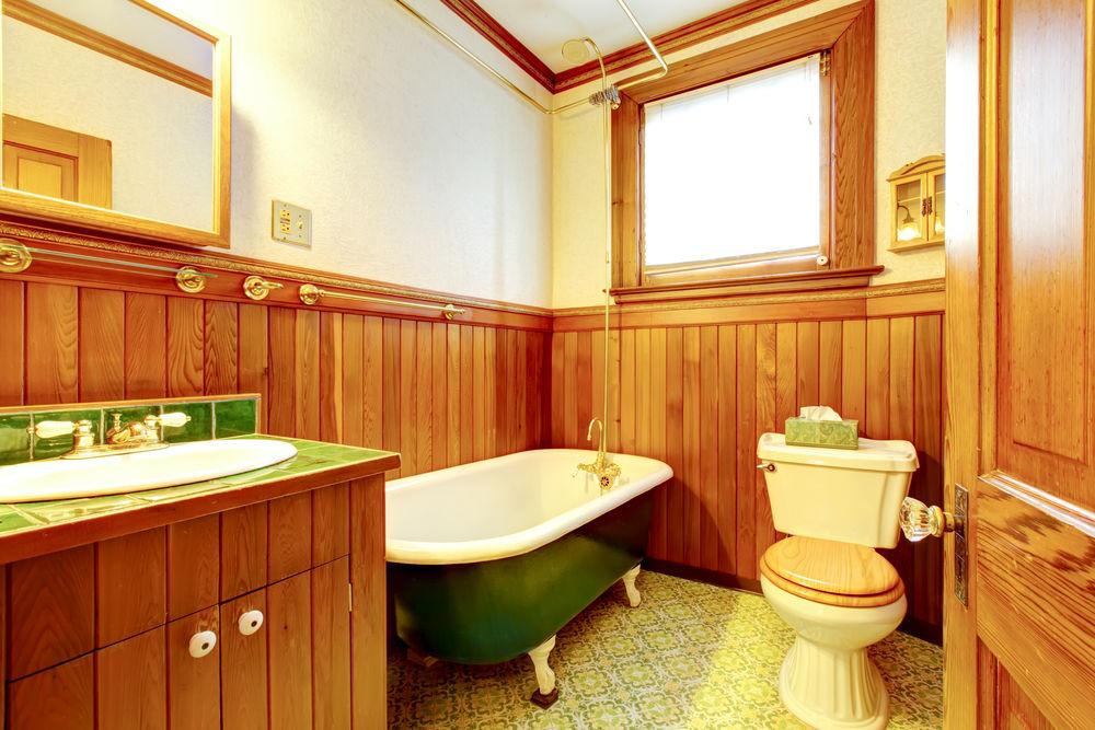 Ванная комната в деревенском стиле, полностью обшитая лиственничной вагонкой