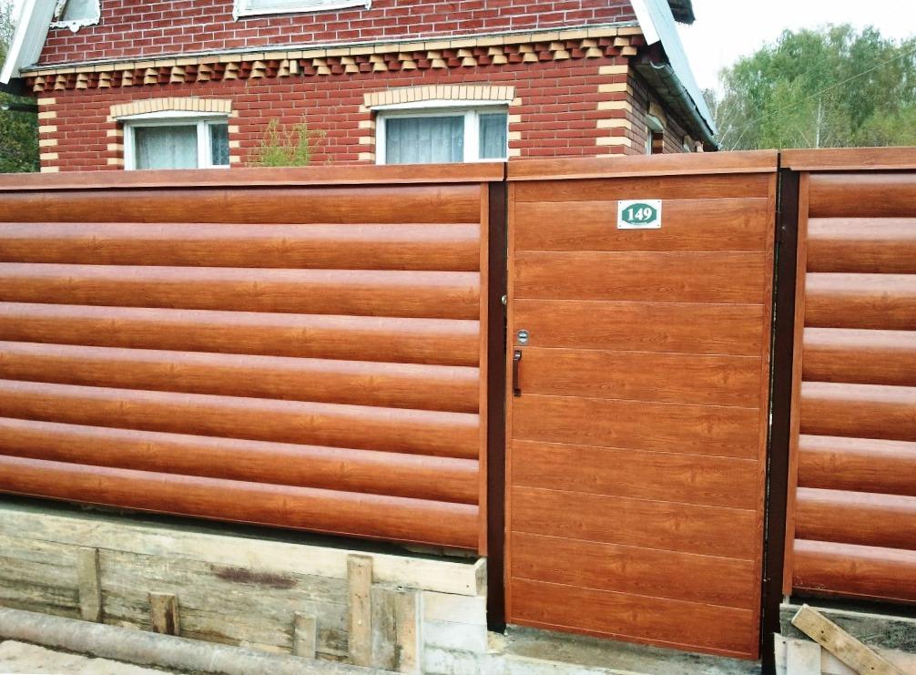 Забор и калитка из металлической вагонки, имитирующей натуральный деревянный блок-хаус. Материал с высокими декоративными качествами натурального дерева, но с характеристиками металла