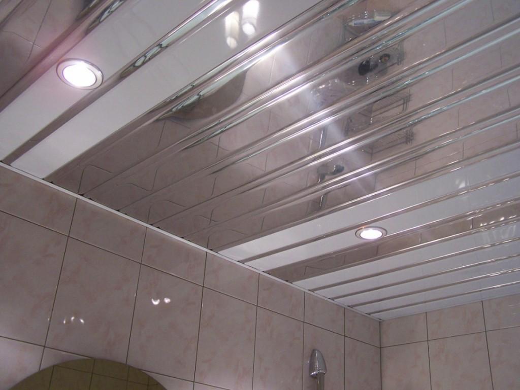 Зеркальная вагонка из металла на потолке в ванной комнате. Идеальное покрытие, которое совершенно не боится влаги и очень легко очищается в случае необходимости