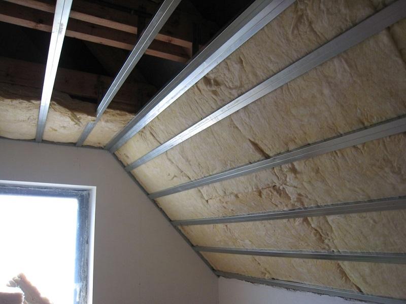 Часть стены и потолок с собранной обрешёткой, на которую впоследствии будут нашиваться панели вагонки, причём неважно какой она будет, пластиковой или деревянной