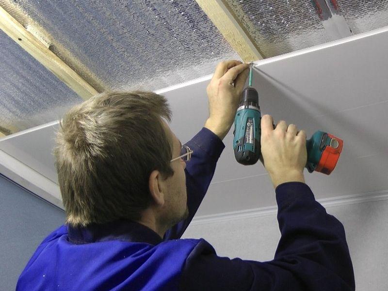 Нашивка пластиковой вагонки на потолок. Не сложный процесс, который вполне можно выполнить самостоятельно