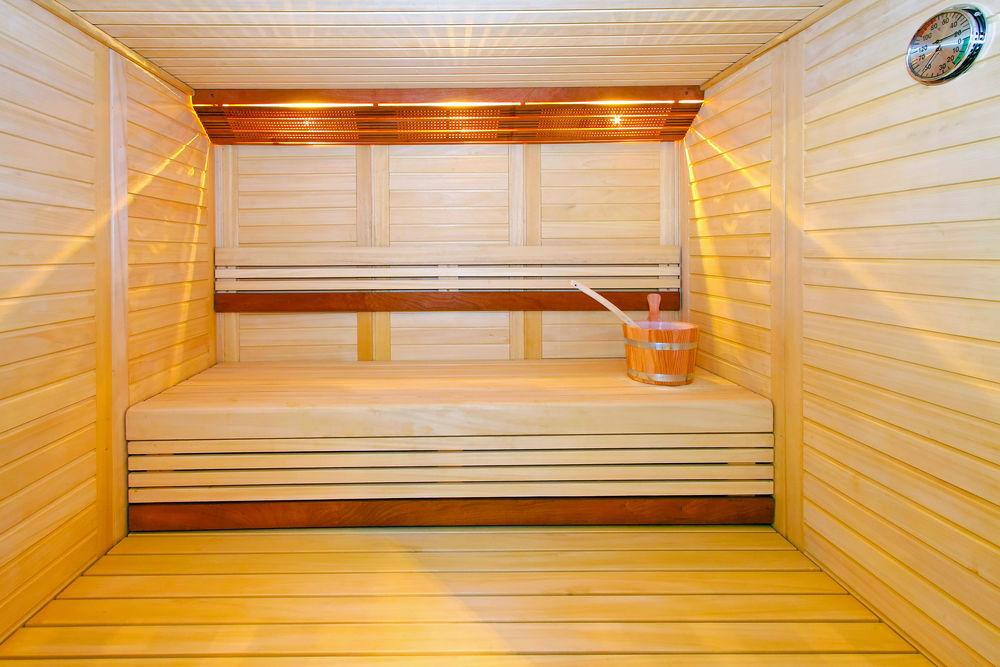 Парная в бане, полностью обшитая осиновой вагонкой. Полностью природный материал, с неповторимым ароматом, который особенно проявляется при высоких температурах