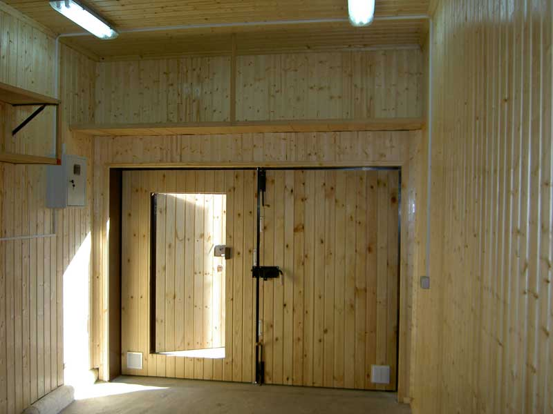 Вагонкой можно обшивать не только входные двери, но и гаражные ворота, которые после такой отделки становятся не только красивыми, но и тёплыми