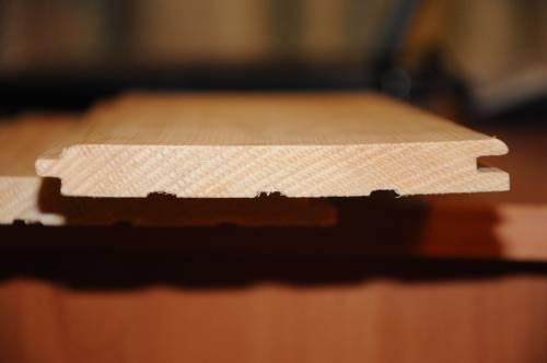Вид с боку на панель вагонки. Чем меньше задиров присутствует на срезе, тем качественнее материал