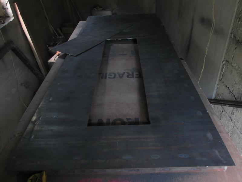 Внешняя часть металлической двери с окном без отделки