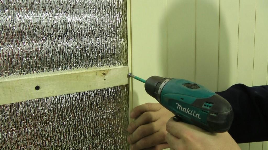 Для обшивки стен пластиковой вагонкой, необходимо соорудить металлический или деревянный каркас, к которому и будет крепиться вагонка