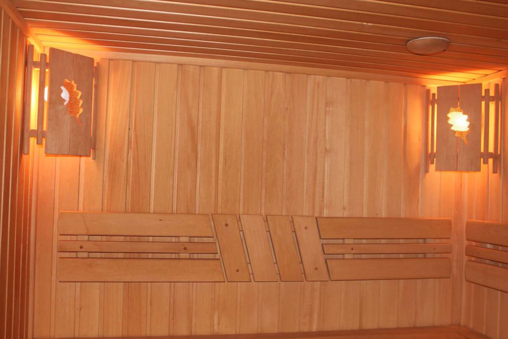 Как красиво и натурально смотрятся стены бани, обшитые вагонкой, да к тому же, это ещё и довольно экономно