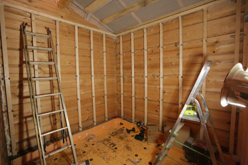 На фото мы видим пример деревянного каркаса под обшивку деревянных стен вагонкой, который довольно легко смонтировать самостоятельно