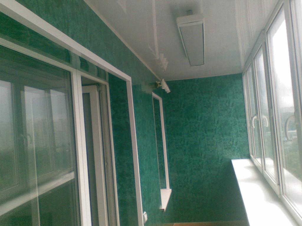 На фотографии вы видите пример обшивки балкона, пластиковой вагонкой красивого изумрудного цвета, напоминающего малахит