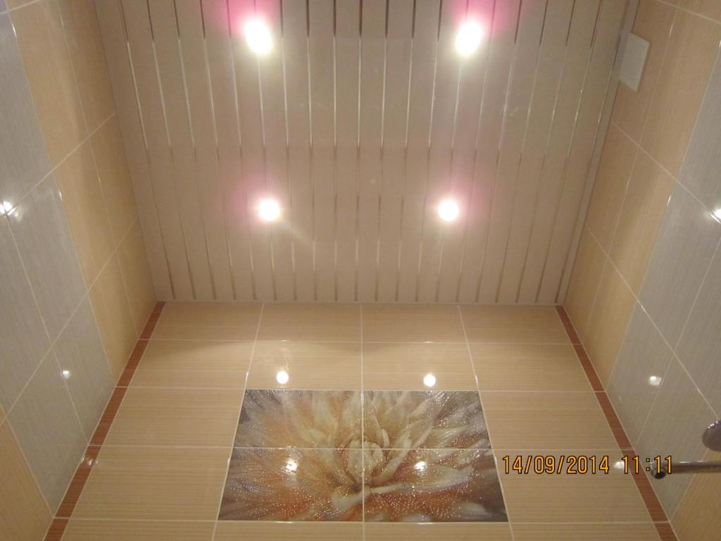 Пластиковой вагонкой можно отделывать не только стены, но и потолок, что удобно с практической стороны, потолок можно протереть от пыли