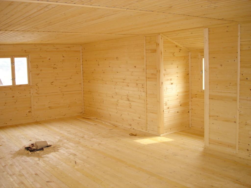 Вагонкой можно отделывать как стены, так и пол, и потолок, это смотрится, как деревянный дом, но из более дешёвого материала
