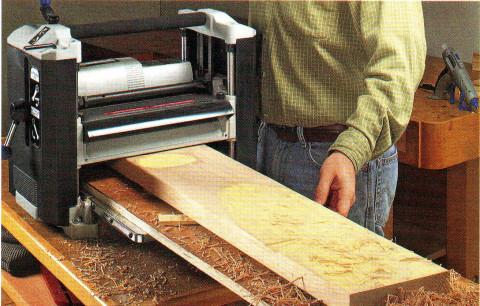 Мы видим этап процесса изготовления вагонки в домашних условиях, способ изготовления вагонки «в рейку»