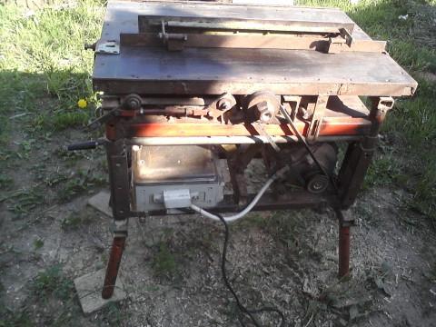 Мы видим пример самодельного станка для изготовления вагонки дома