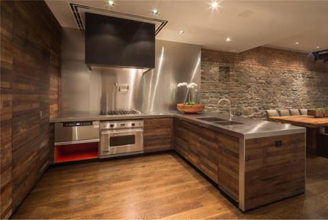 Фото современной кухни, оформленной дубовой вагонкой.