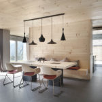 Обычная напольная доска в дизайне просторной квартиры-студии