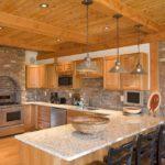 Стиль кантри: потолок кухни из вагонки «стандарт» отлично гармонирует с кирпичной кладкой