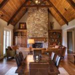 Термодревесина в дизайне потолка в доме без чердака
