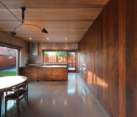 Чередование оттенков отделочного материала стен и вагонки на потолке оживляет пространство