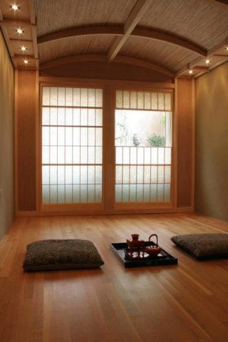 Вагонка на потолке в интерьере, выполненном в японском стиле