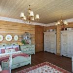Вагонка разного цвета в интерьере спальни, оформленного в деревенском стиле