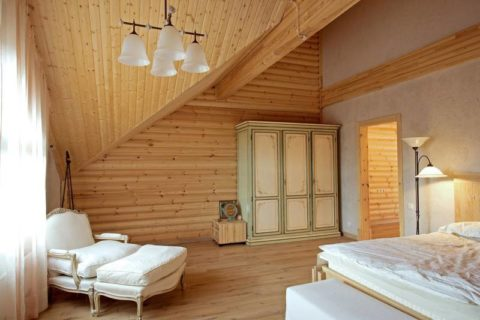 Вагонка в оформлении спальни с нестандартным потолком