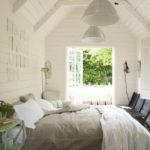 Выбеленная вагонка в интерьере спальни, оформленной в винтажном стиле