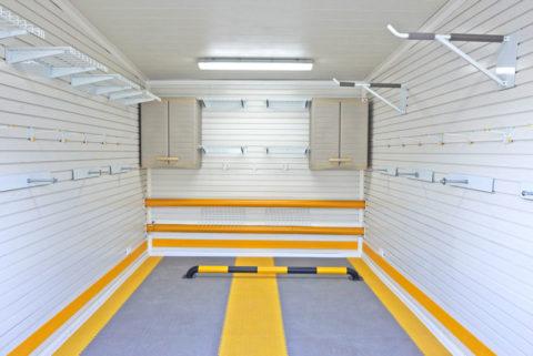 Белая евровагонка в современном гараже