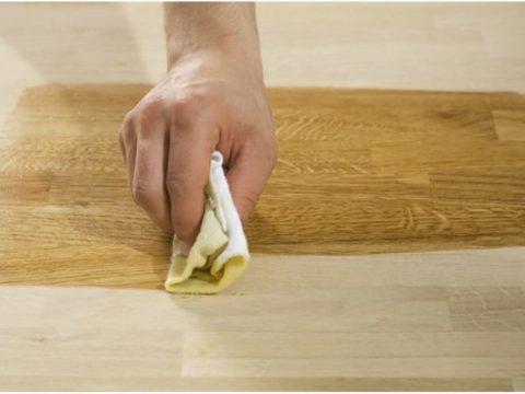 Нанесение воска на деревянную поверхность