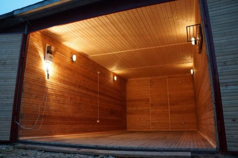 Просторный красивый гараж обшитый вагонкой