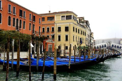 Дома в Венеции стоят на сваях из лиственницы