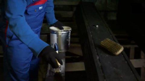 Нанесение на доски льняного масла