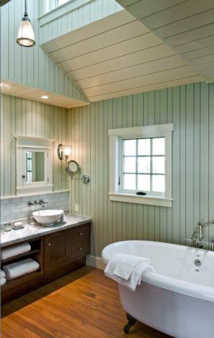 Обшивка из дерева тоже может применяться в ванной, но только после правильной обработки