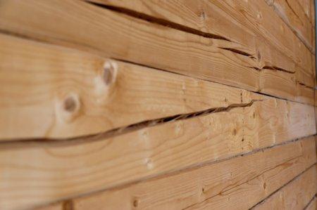 Частая проблема при использовании в отделке плохо просушенной древесины