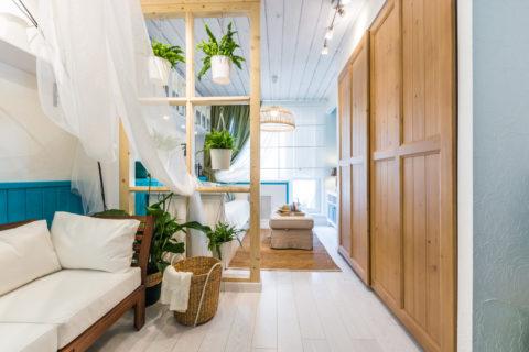 Легкий дизайн достаточно узкой комнаты – использованы приятные глазу контрасты