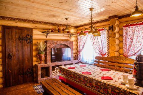 В стиле «русской усадьбы» приветствуется некоторая грубоватость и натуральные цвета дерева