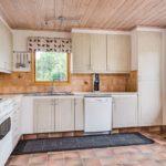 Вагонка – отличный материал для потолка на кухне: материал имеет декоративную окраску под беленый дуб