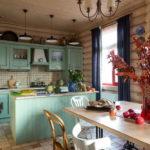 Вагонка на потолке и в оформлении стола для готовки