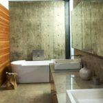 Вагонка не выглядит лишней даже среди обилия каменных холодных поверхностей – сделать такую отделку можно и в квартире