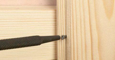При креплении на гвозди, чтобы не повредить лицевую часть доски, используйте добойник