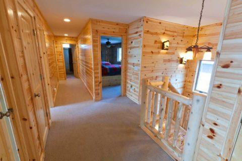 Обилие деревянных поверхностей в интерьере