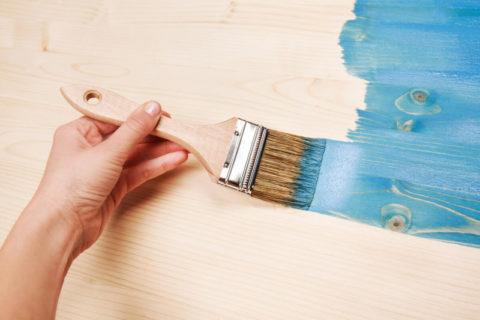 Нанесение цветной краски на деревянную поверхность