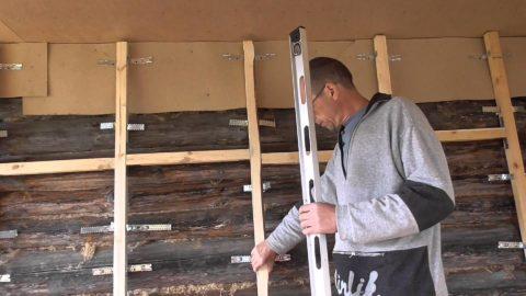 Каркас на неровной стене из деревянного бруса